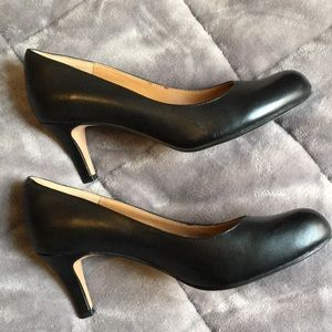 LIKE NEW CLARKS BLACK HEELS